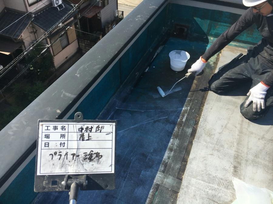 名古屋市緑区にてウレタン防水工事。プライマー塗布の工程です。
