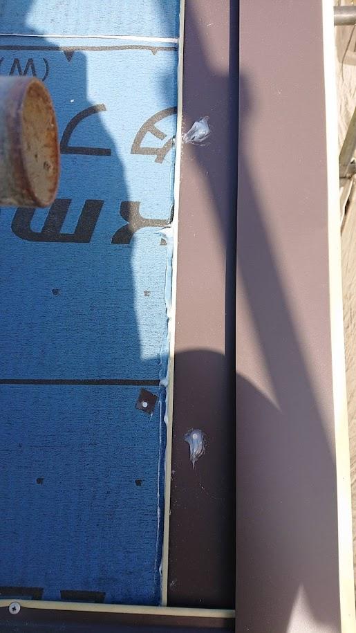 塗装したてのスレートのカバー工事