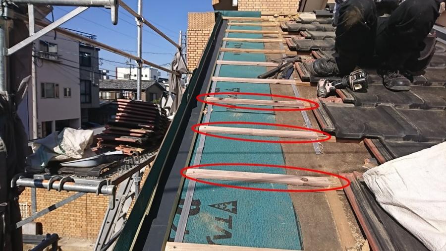 豊田市にて板金瓦から平板瓦への一部葺き替えを施工中です。