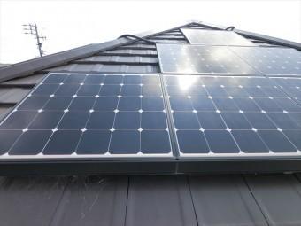 屋根と太陽光パネル