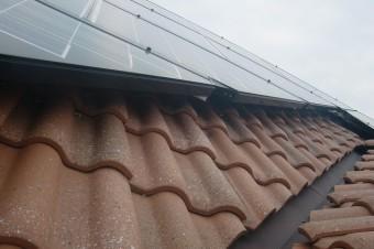 瓦と太陽光パネル