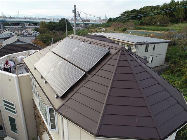 急勾配の屋根に太陽光パネル
