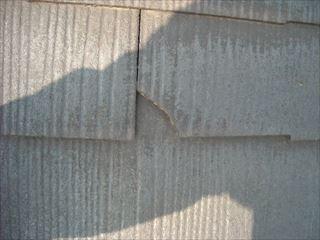 屋根のてっぺんにある棟板金を押さえている釘が抜けて飛び出してきています。 こうなると指を入れてみると当たり前のように隙間ができます。 そしてここに強風に見舞われると飛んでいってしまうこともあります。