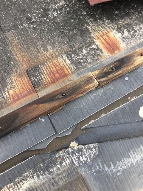 棟板金の中の木材の腐食