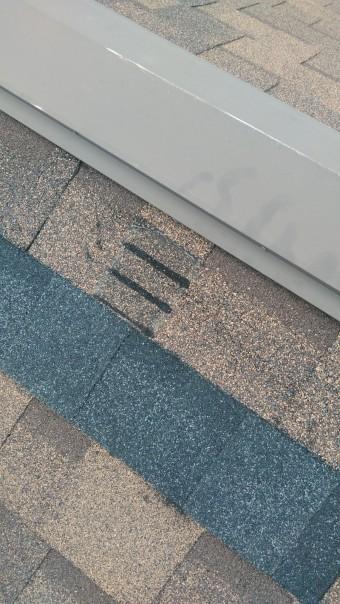 屋根材の剥がれを補修跡