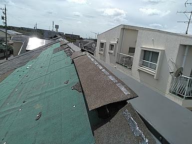 半分飛ばされた屋根
