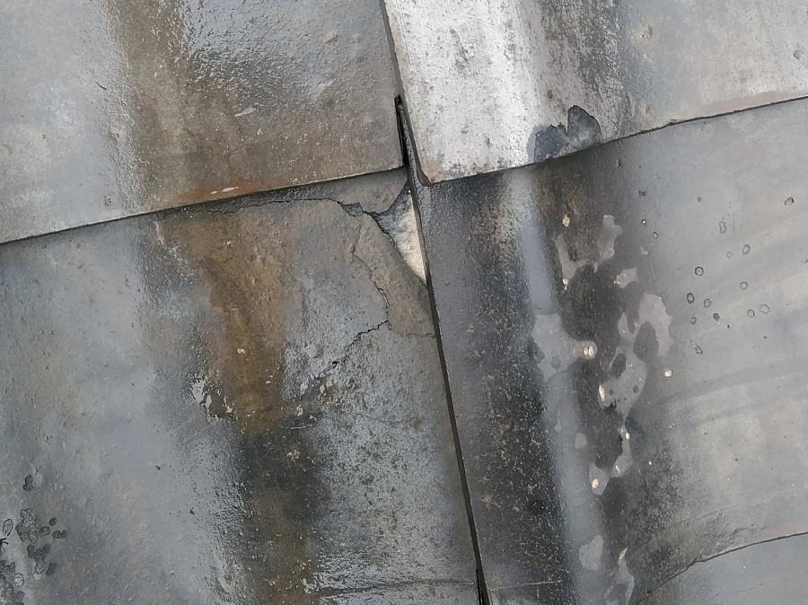 瓦の劣化による割れ