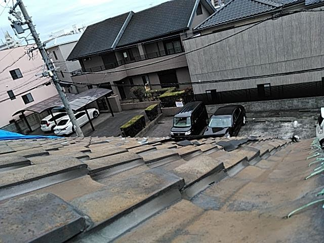 瓦が半分落ちた屋根