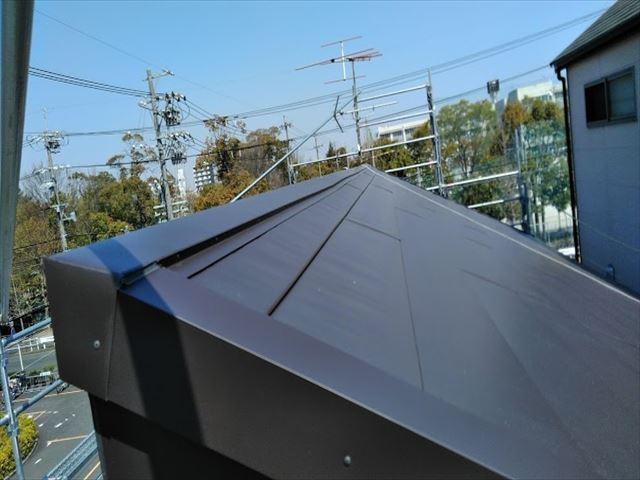 大型商業施設横の屋根