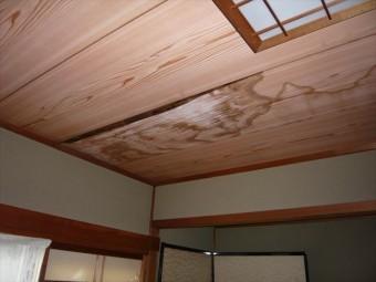 室内の雨漏り跡