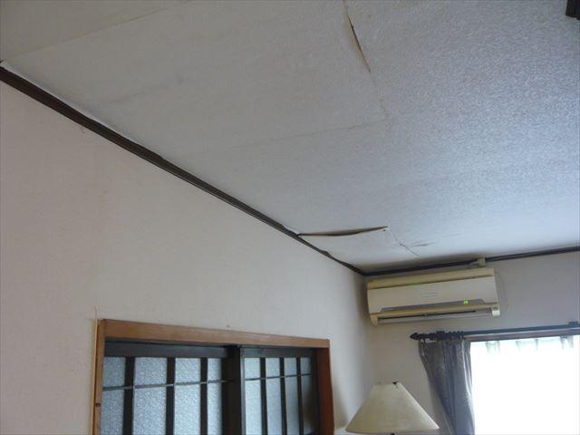 室内の天井の雨漏り跡