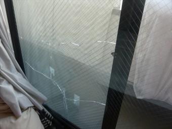 3階窓ガラスのひび割れ