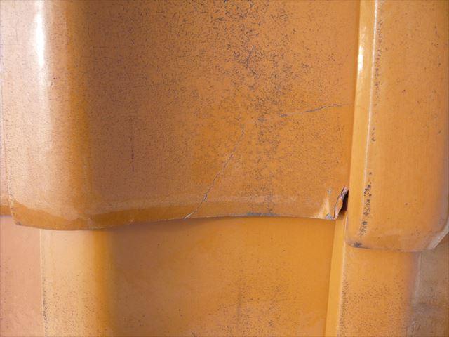 瓦の表面の釉薬にひび割れ