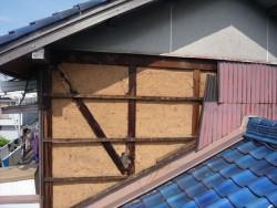 台風で壁が剥がれた