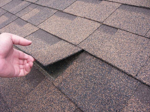屋根材の接着材の剥がれ