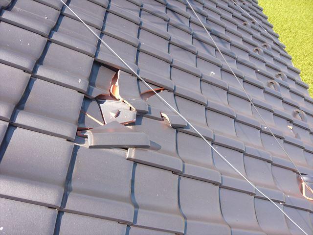 棟瓦の落下による瓦の割れ