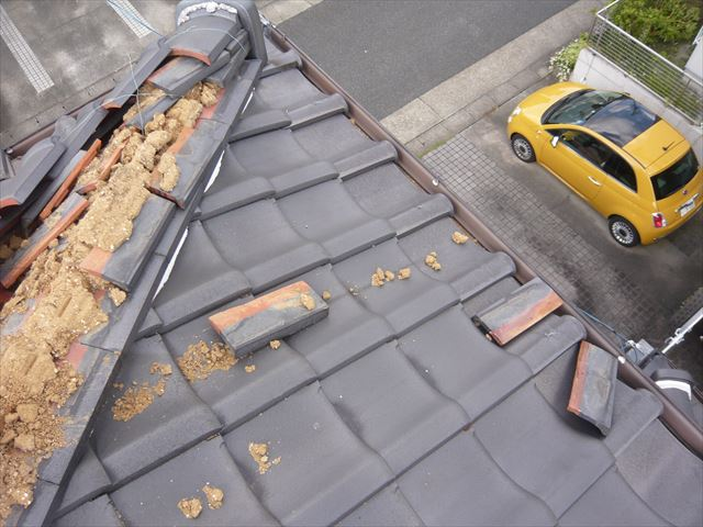 棟瓦が崩れ落下