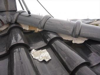 瓦の上に剥がれた漆喰の欠片