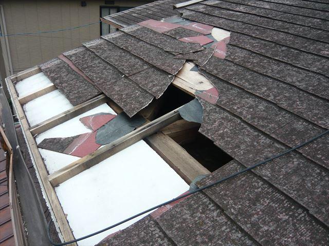 屋根が下地ごと剥がれ飛んだ