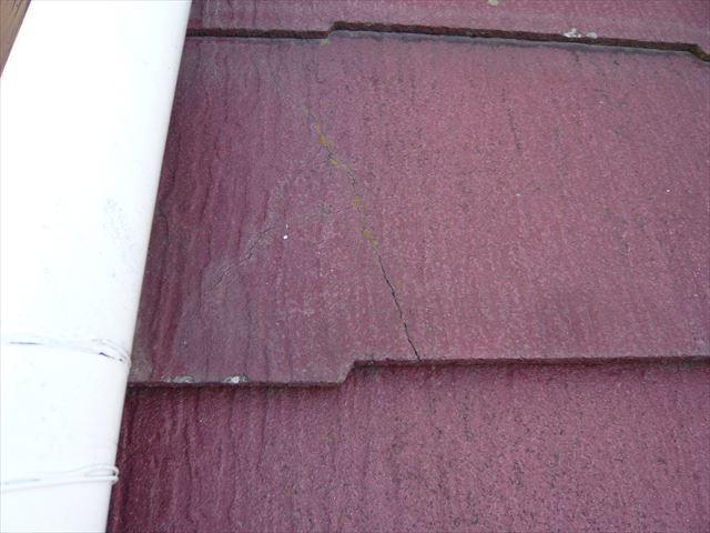 下屋根のひび割れ