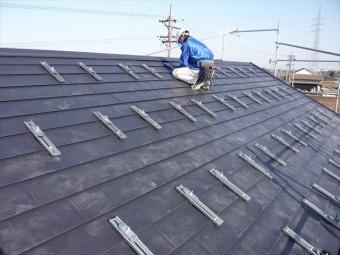 屋根にカバー用の金具取り付け