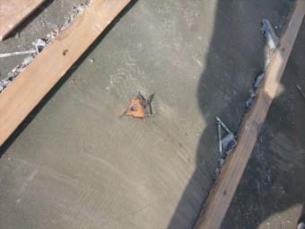 防水紙の劣化による穴