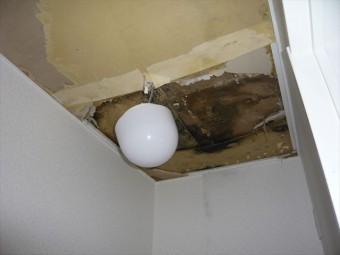 トイレの天井が抜け落ちた