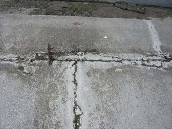 防水層の劣化によるひび割れ