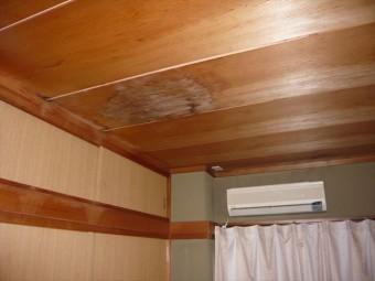 室内の天井の雨染み