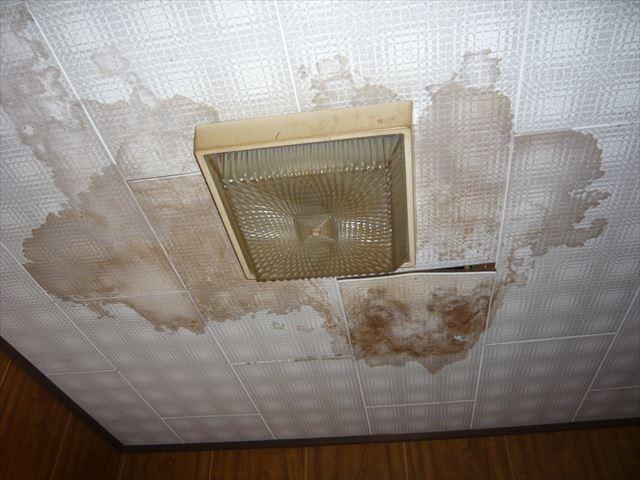 玄関の天井の雨染み